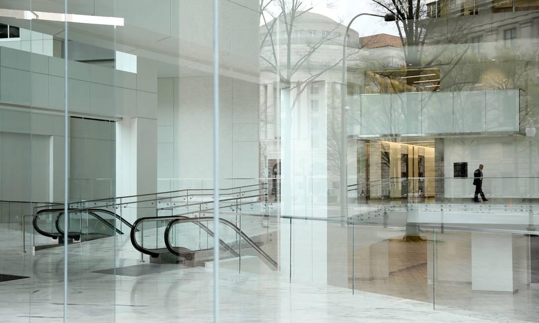 Um segurança vigia um saguão de prédio vazio na Pennsylvania Avenue, no centro de Washington Foto: JONATHAN ERNST / REUTERS