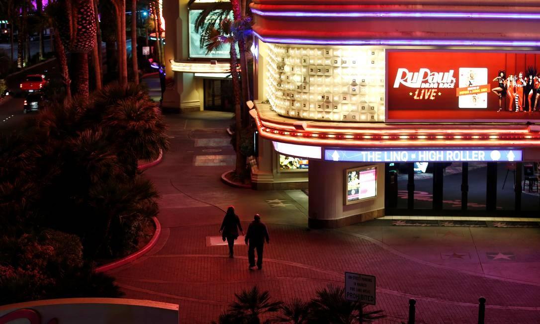 Um casal tem a calçada para si enquanto caminha pelo hotel-cassino Flamingo durante o fechamento de todos os cassinos e empresas não essenciais, um esforço para retardar a propagação do novo coronavírus, em Las Vegas, Nevada Foto: STEVE MARCUS / REUTERS