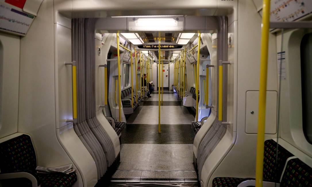 Homem é visto sozinho no vagão do do metrô de Londres enquanto a disseminação da doença por coronavírus continua Foto: HANNAH MCKAY / REUTERS