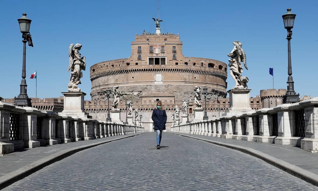 Mulher usa uma máscara protetora enquanto sai do Castel Sant'Angelo, enquanto a Itália aperta medidas para tentar conter a propagação da doença por coronavírus em Roma Foto: REMO CASILLI / REUTERS