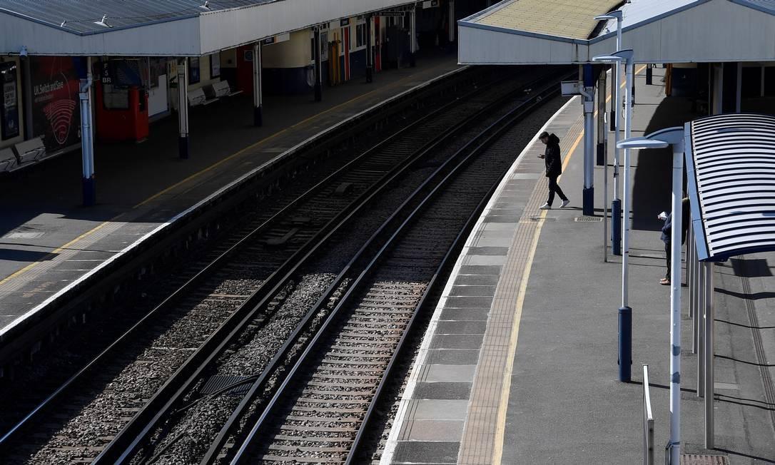 Um passageiro aguarda um trem em uma plataforma vazia na estação de Richmond, oeste de Londres Foto: TOBY MELVILLE / REUTERS