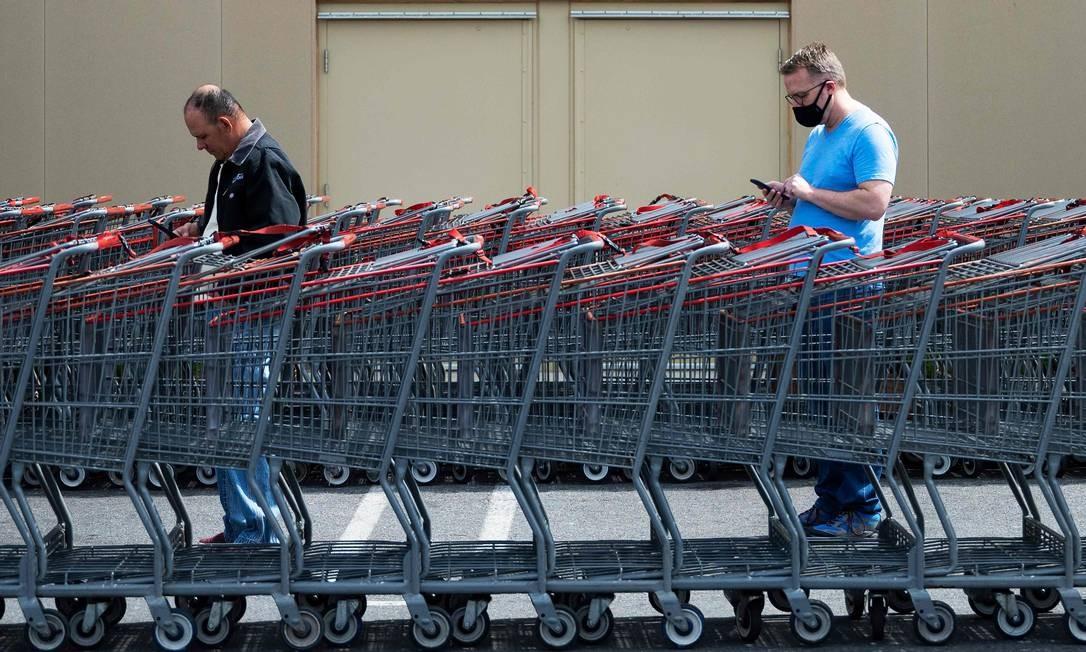 Pessoas aguardam para entrar em loja em Washington, D.C. OMS recomenda distanciamento social de 1,5m como prevenção ao novo coronavírus Foto: Jim Watson / AFP