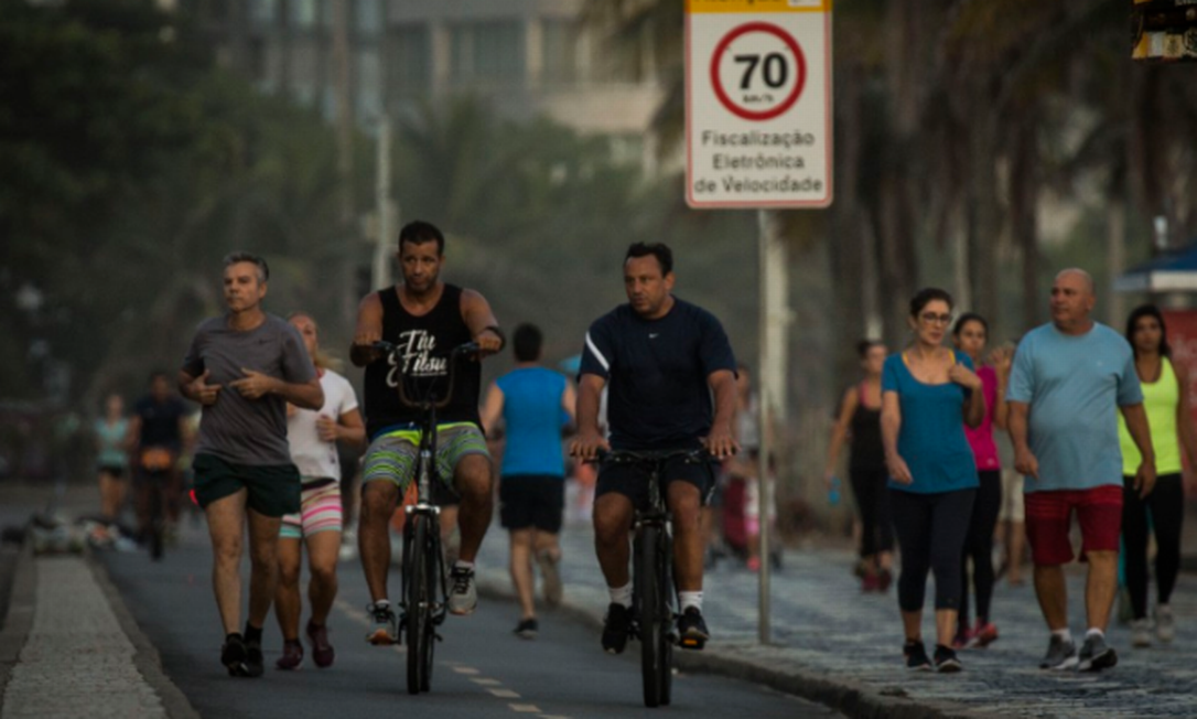 O aumento de movimeto na orla do Rio mesmo durante a quarentena Foto: Guito Moreto / Agência O Globo / 02-04-2020