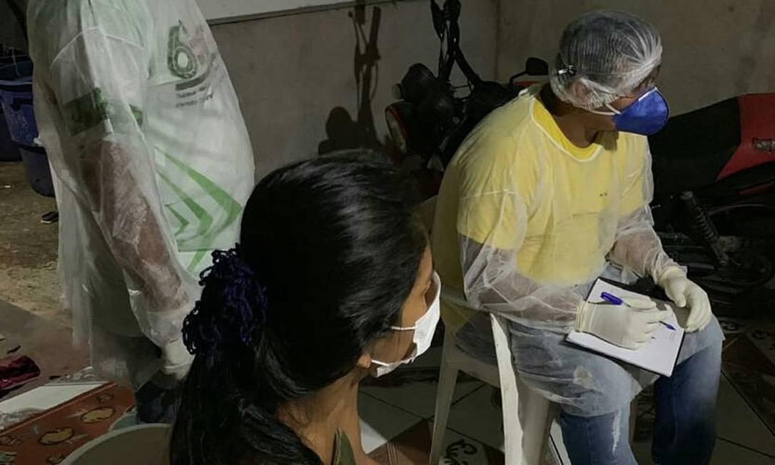 A indígena Suzane da Silva Pereira durante atendimento dos agentes de saúde em sua casa, após dar positivo para o novo coronavírus em Santo Antônio do Içá, no Amazonas Foto: Arquivo Pessoal