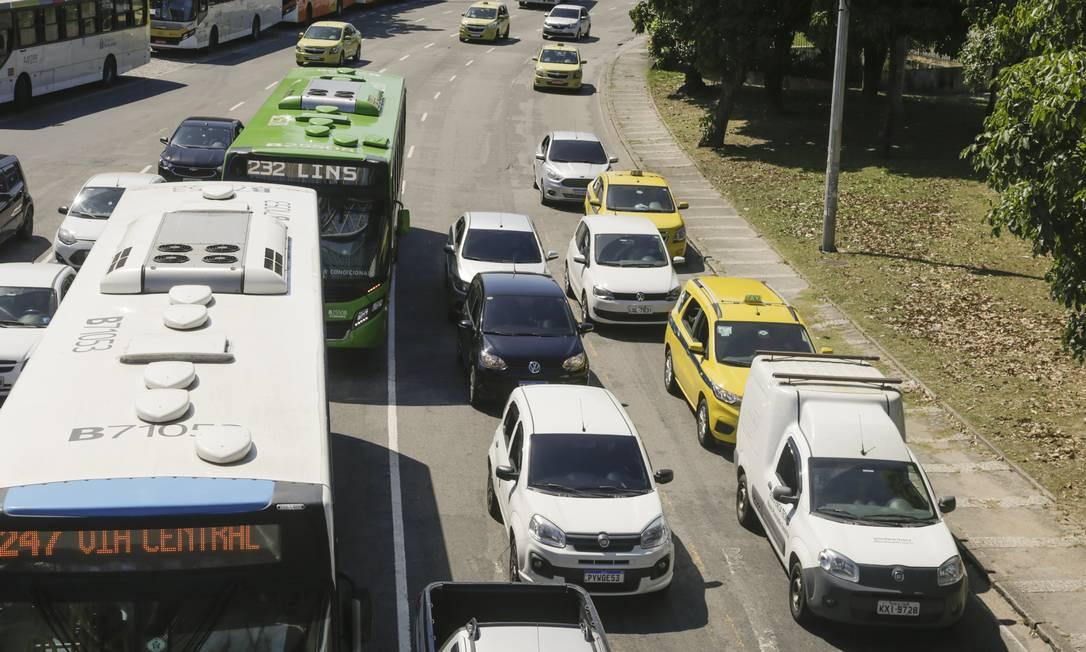 População relaxa durante quarentena e movimento no trânsito aumenta nas ruas, como na Radial Oeste, sentido Centro Foto: Gabriel de Paiva / Agência O Globo
