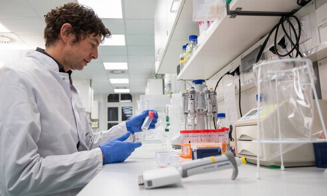 Dr. Christian Drosten, chefe do Departamento de Virologia da Universidade do Hospital Universitário de Berlim, fazendo suas pesquisas em janeiro Foto: Christophe Gateau/Picture Alliance, via Getty Images