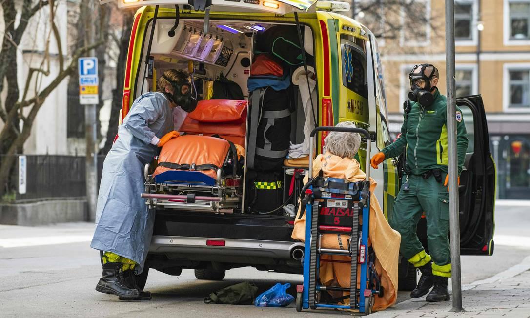 Paramédicos levam paciente com a Covid-19 em Estocolmo Foto: JONATHAN NACKSTRAND / AFP