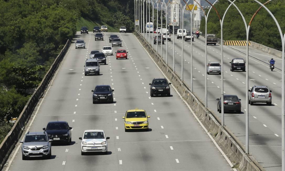 Houve aumento no trânsito de veículos também na Linha Vermelha, na altura do Fundão Foto: Gabriel de Paiva / Agência O Globo
