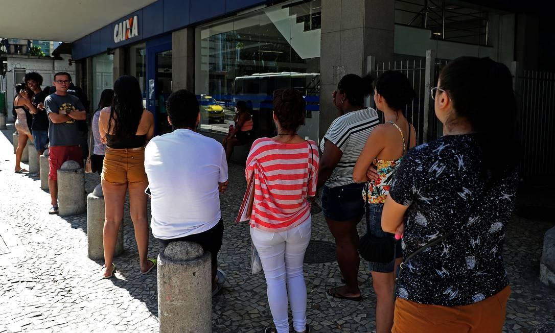 Fila na Agêcia da Caixa Economica da Avenida Presidente Vargas, no centro da cidade, nesta segunda-feira Foto: FABIO MOTTA / Agência O Globo