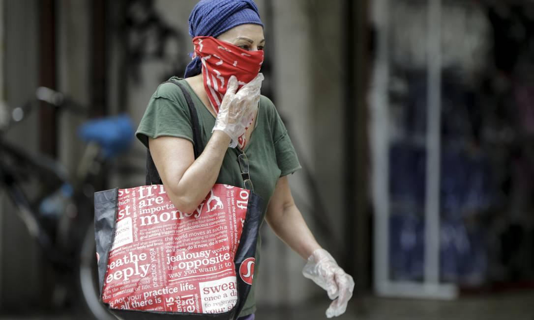 RI Rio de Janeiro (RJ) 03/04/2020 - Pandemia de coronavírus : uso de máscaras é ampliado pela população. Em Copacabana, modelos de máscaras de todos os tipos. Foto de Gabriel de Paiva/ Agência O Globo Foto: Gabriel de Paiva / Agência O Globo