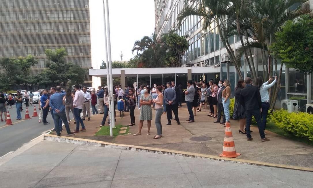 Servidores da Saúde em frente ao prédio do ministério Foto: Renata Mariz