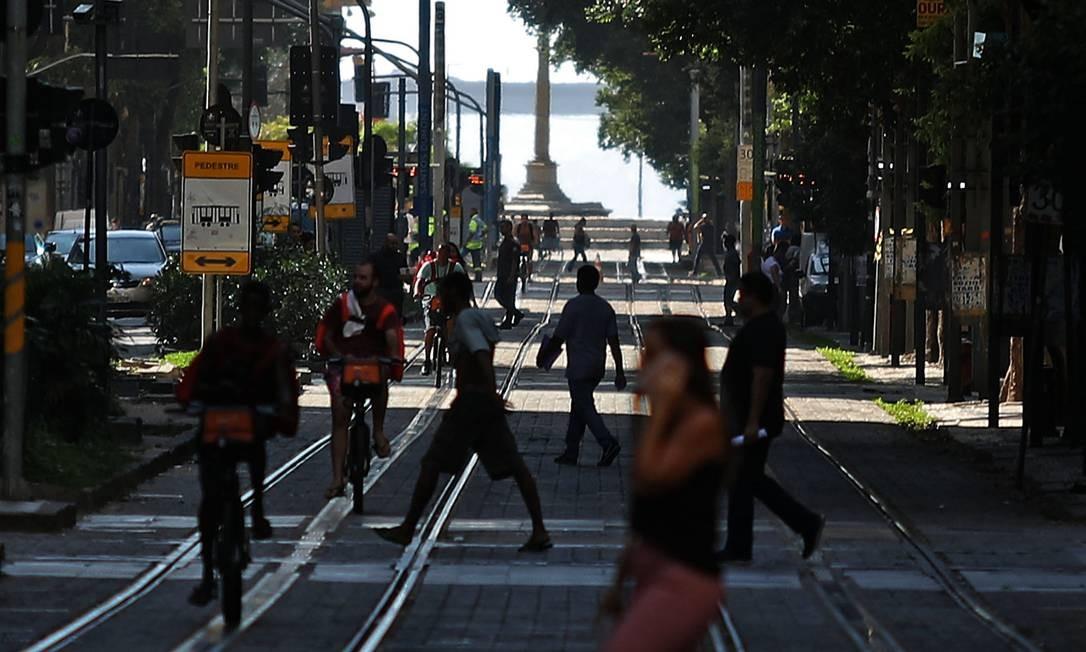 Movimentação de pessoas na Avenida Rio Branco, no centro da cidade, nesta segunda-feira Foto: FABIO MOTTA / Agência O Globo