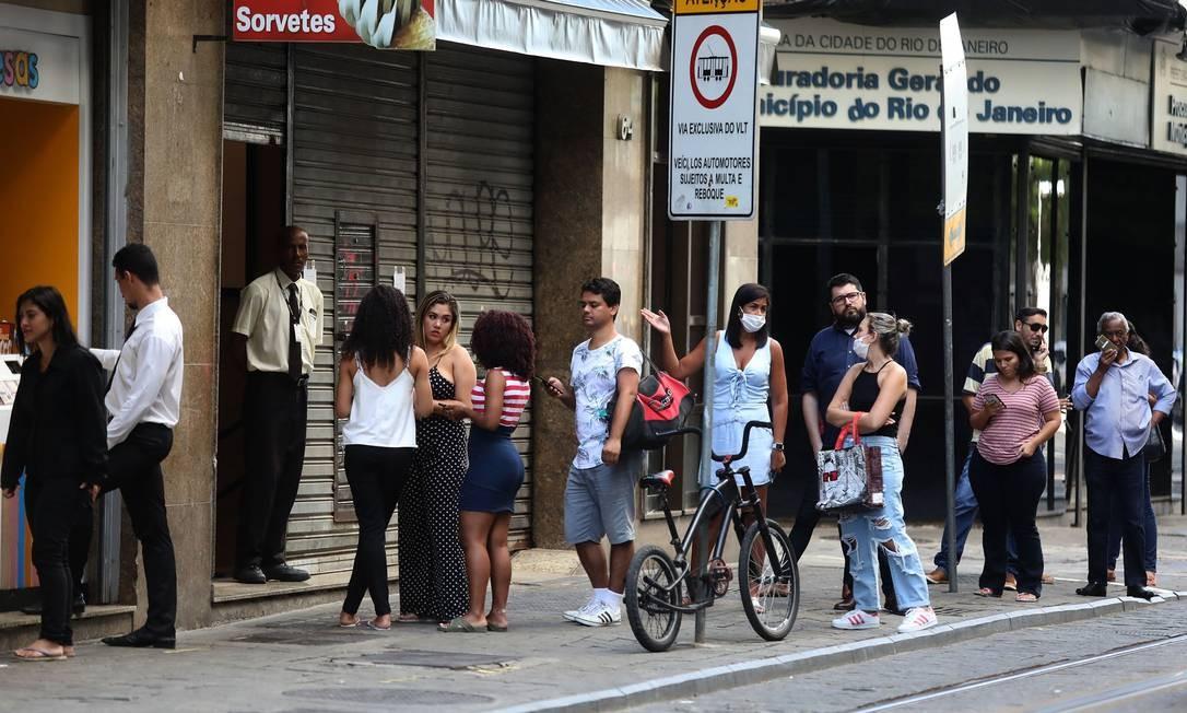 Pessoas formam fila para comprar em um uma rede de fast food na Avenida Sete de Setembro, no centro Foto: FABIO MOTTA / Agência O Globo