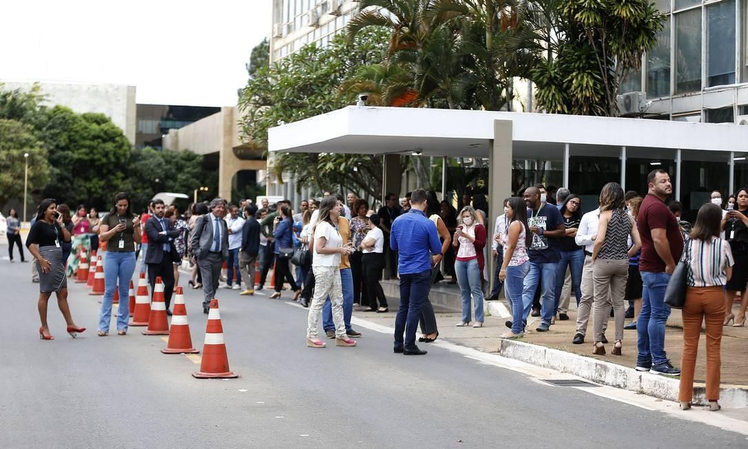 Servidores do Ministério da Saúde aguardam a chegada de Mandetta para prestar homenagem Foto: Jorge William / Agência O Globo