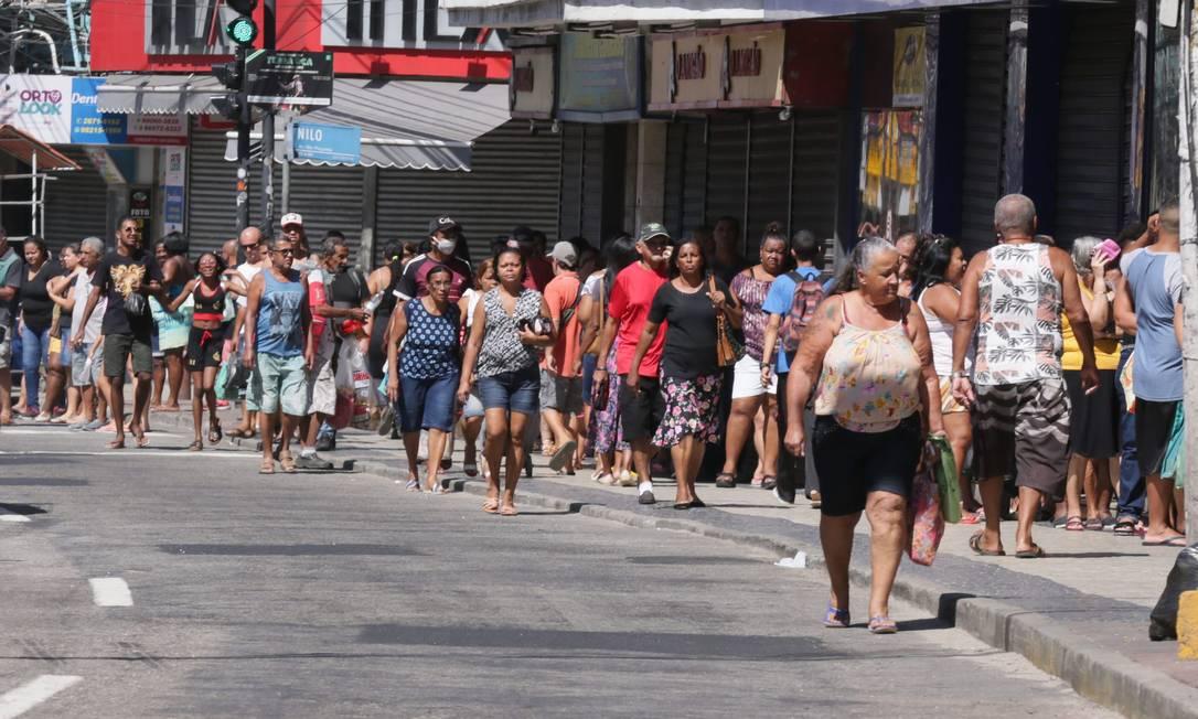 Movimento de pedestres foi grande nesta segunda no Centro de Duque de Caxias Foto: Cléber Júnior / Agência O Globo