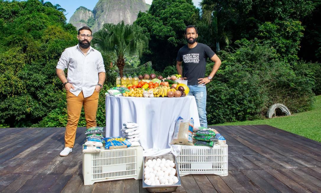O chef João Diamante e Jota Neto, do Grupo Bluemoon, reúnem doações para as comunidades do Rio Foto: Divulgação/ Felipe Borges