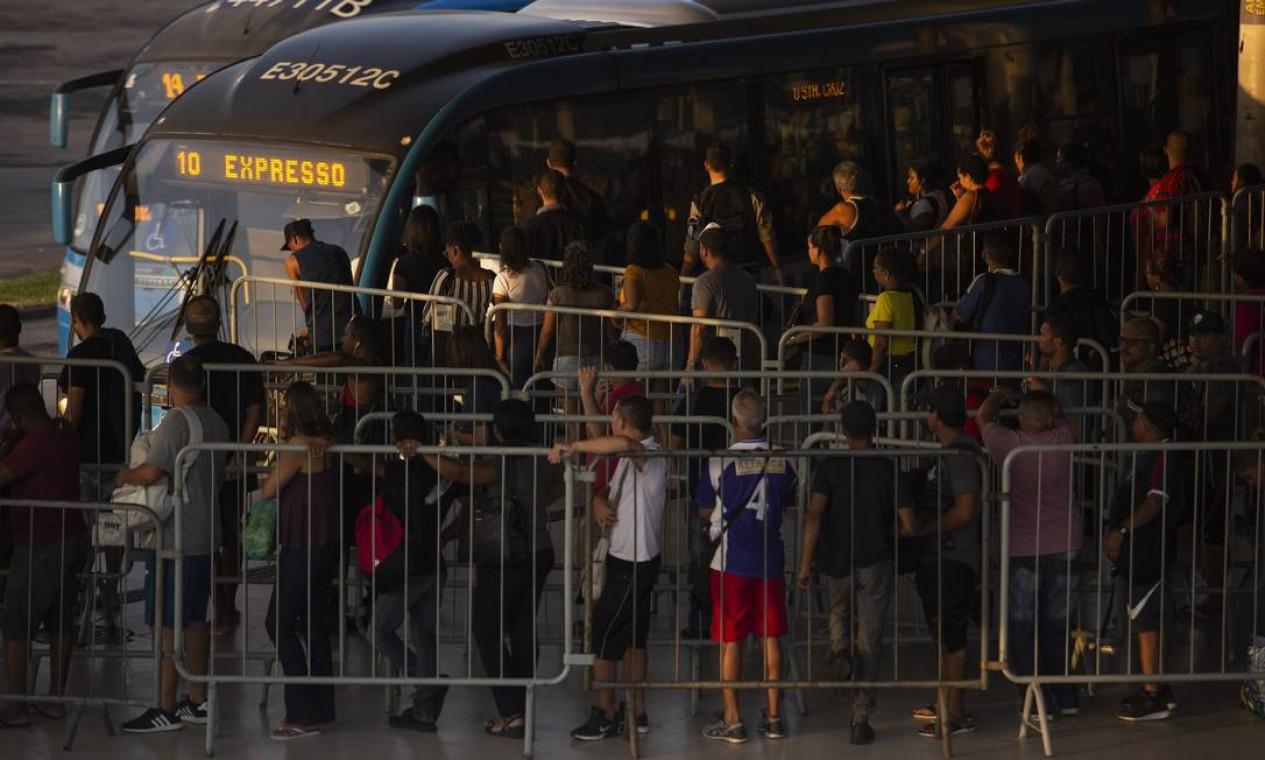 Passados 20 dias de medidas restritivas, população ainda sofre com aglomerações no terminal da Alvorada, na Barra da Tijuca Foto: Gabriel Monteiro / Agência O Globo - 06/04/2020