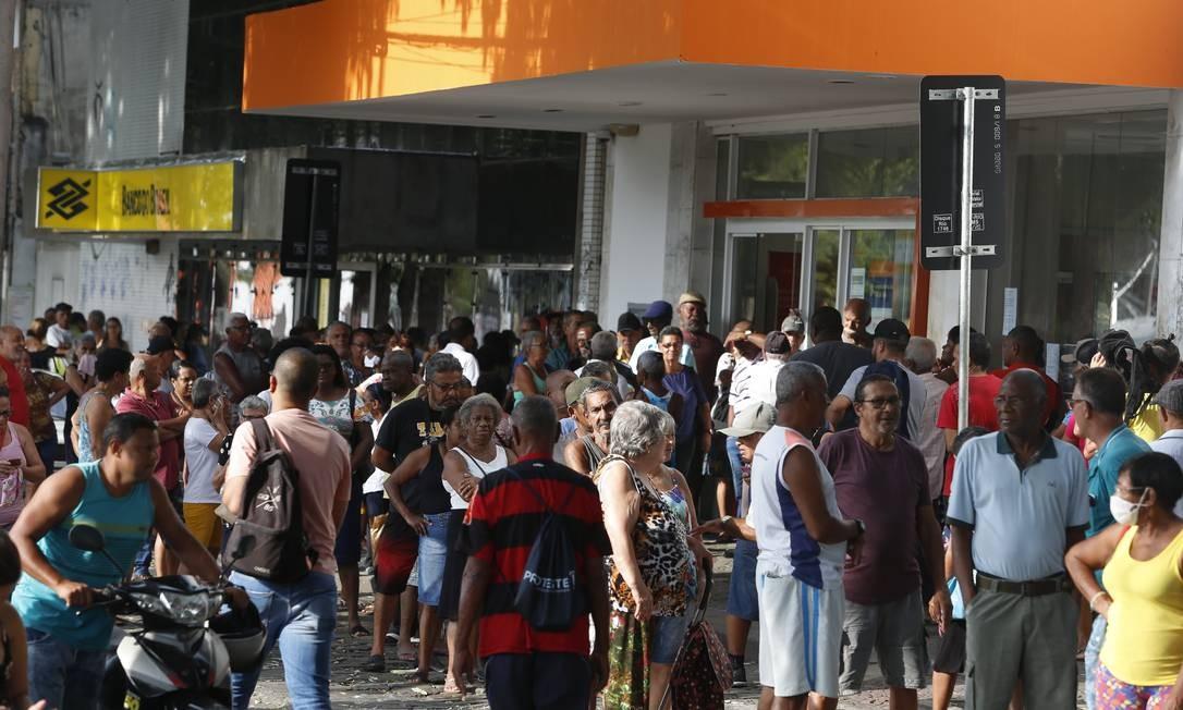 Aglomeração em frente a agências bancárias na Praça de Santa Cruz, próximo da estação do BRT de Santa Cruz Foto: Fabiano Rocha / Agência O Globo