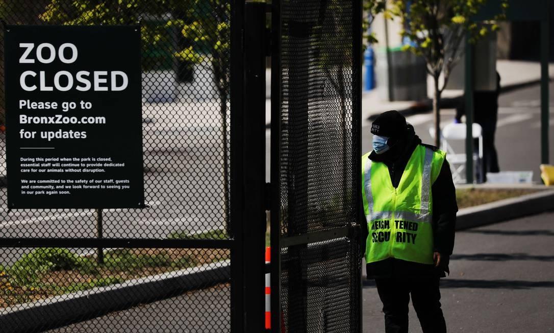 Vigilante guarda entrada do zoológico do Bronx, em Nova York, onde vive a tigresa Nadia, na última segunda-feira; atração turística está fechada para visitação Foto: SPENCER PLATT / AFP