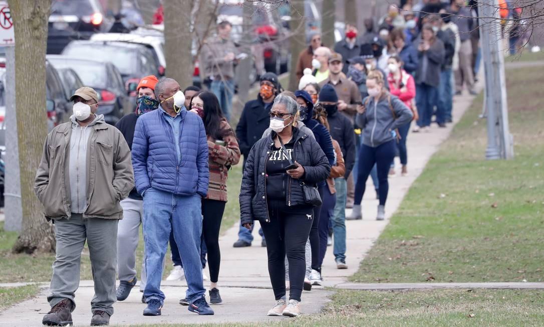 Longas filas e máscaras marcaram as primárias em Milwaukee, Wisconsin, nos Estados Unidos Foto: USA TODAY NETWORK / via REUTERS