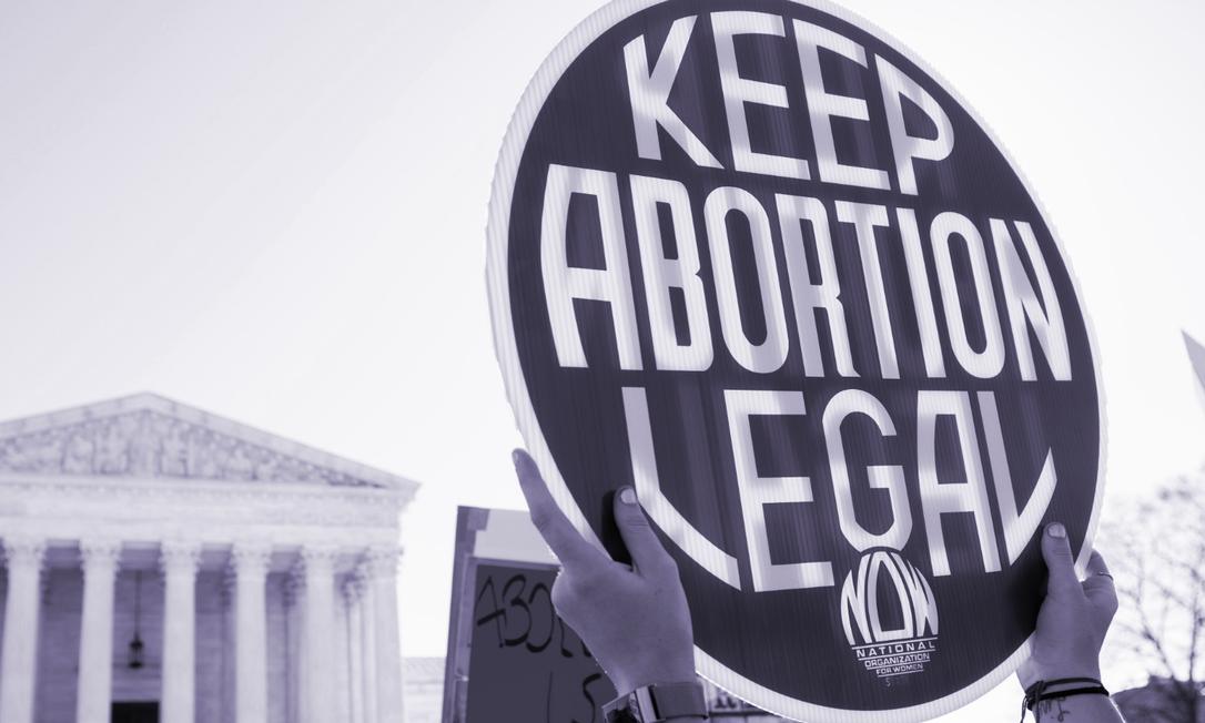 No início de março, mulheres protestaram em frente à Suprema Corte dos EUA em meio às discussões sobre o acesso ao aborto no país; Na semana passada, a Justiça americana autorizou uma decisão do Texas de suspender os serviços de aborto legal durante a pandemia Foto: AFP