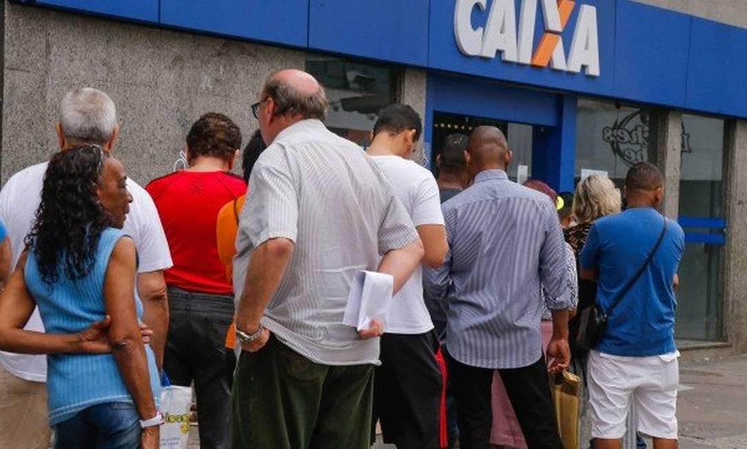 A Caixa quer evitar aglomerações em agências e vai depositar o auxílio Foto: Marcelo Regua
