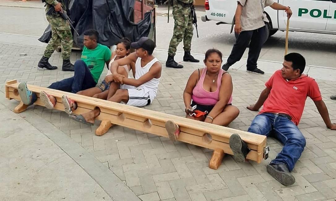 Os moradores de Tuchín que desrespeitaram a quarentena, presos pelos pés Foto: Reprodução