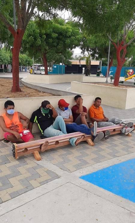 Moradores de Tuchín presos pelos pés. Foto: Reprodução