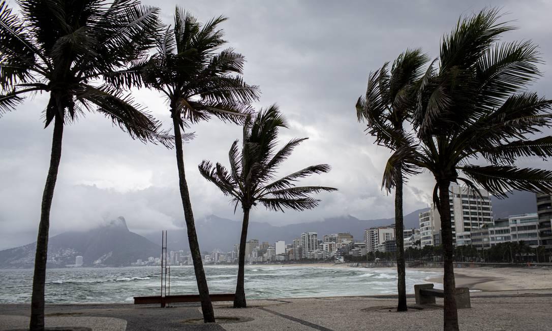 Praia de Ipanema vazia durante a quarentena Foto: Hermes de Paula / Agência O Globo