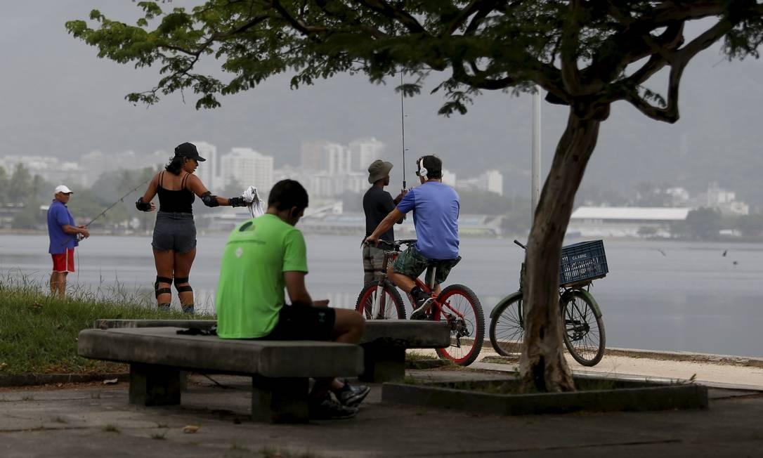 Pessoas fazem atividade física na orla da Lagoa Rodrigo de Freitas Foto: FABIANO ROCHA / Agência O Globo