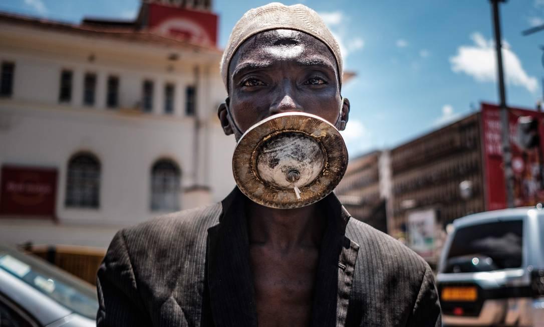 Homem usa uma máscara alternativa em Kampala, Uganda Foto: SUMY SADURNI / AFP