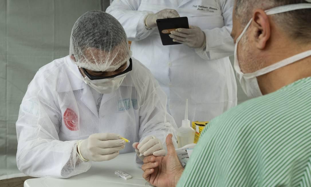 Testes rápidos para profissionais de saúde são aplicados no hospital Ronaldo Gazolla, referência em casos de Covid-19 no Rio. Foto: Leo Martins / Agência O Globo