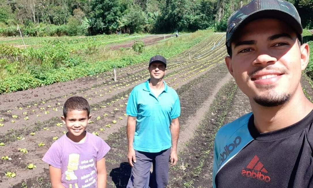 Lindomar Melo entre os filhos em sua plantação, em Petrópolis Foto: Acervo pessoal