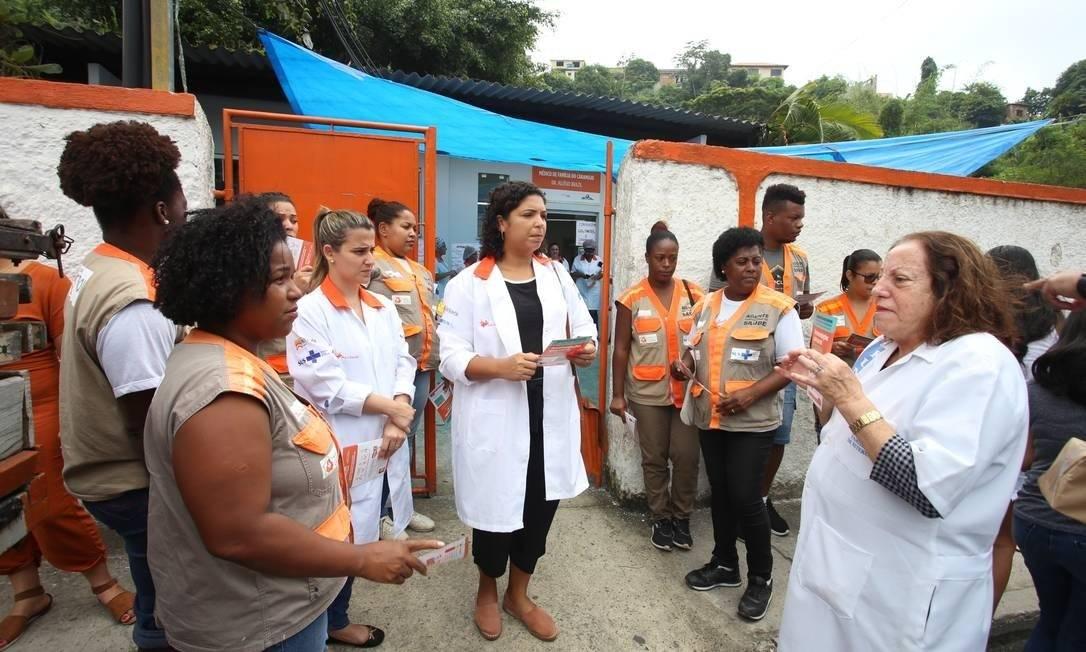 Profissionais da saúde durante entrega de kits de limpeza a moradores do Caramujo, em ação voltada ao combate à propagação do coronavírus em Niterói Foto: Luciana Carneiro / Divulgação