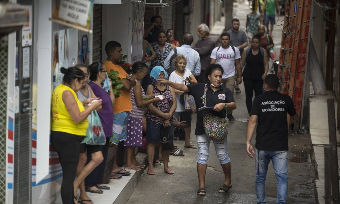 Moradores da Rocinha fazem fila para receber cestas básicas Foto: Márcia Foletto / Agência O Globo / 01-04-2020