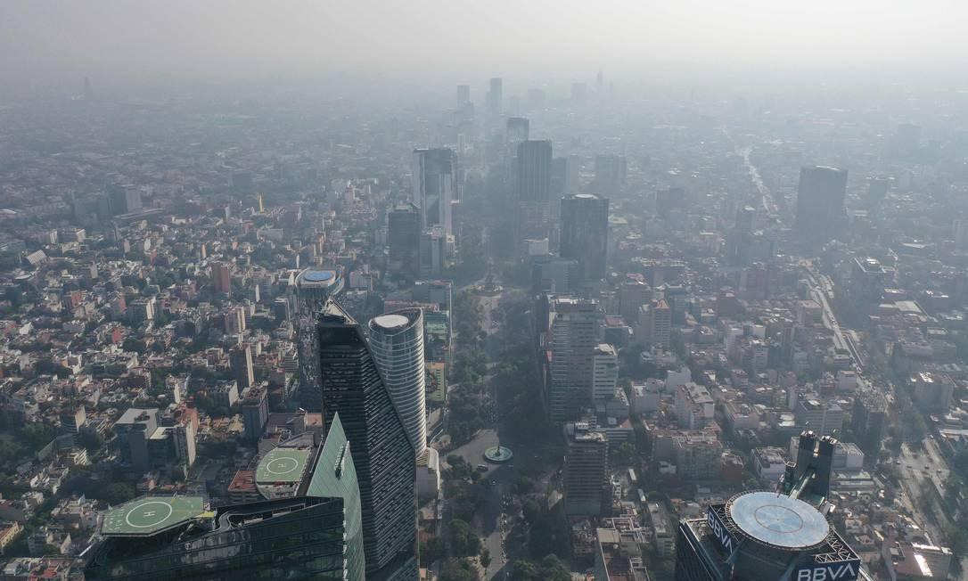 Imagem aérea da Cidade do México coberta por camada de polução aérea no último dia 30) Foto: PEDRO PARDO / AFP