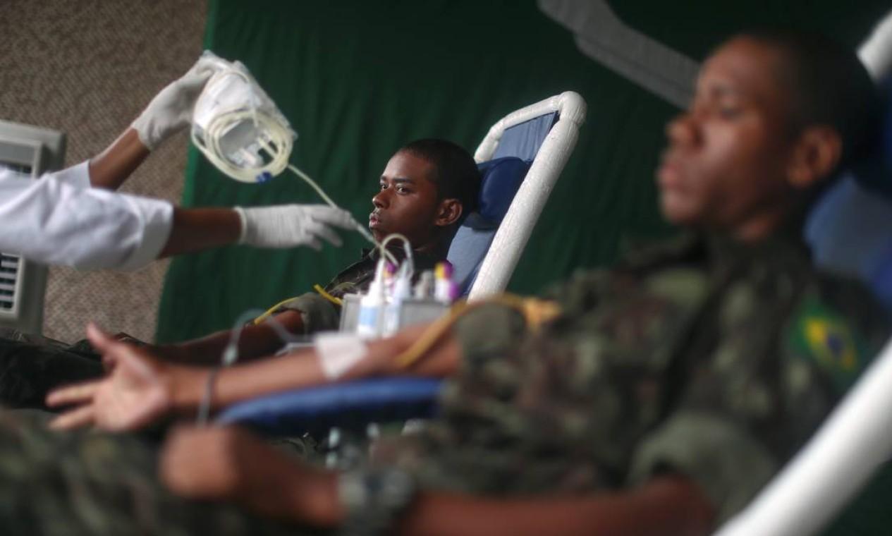 Membros do exército doam sangue ao Hemorio, em um esforço para aumentar o suprimento de sangue, durante o surto do novo coronavírus, na Vila Militar, em Deodoro, Zona Note do Rio Foto: Pilar Olivares / Reuters
