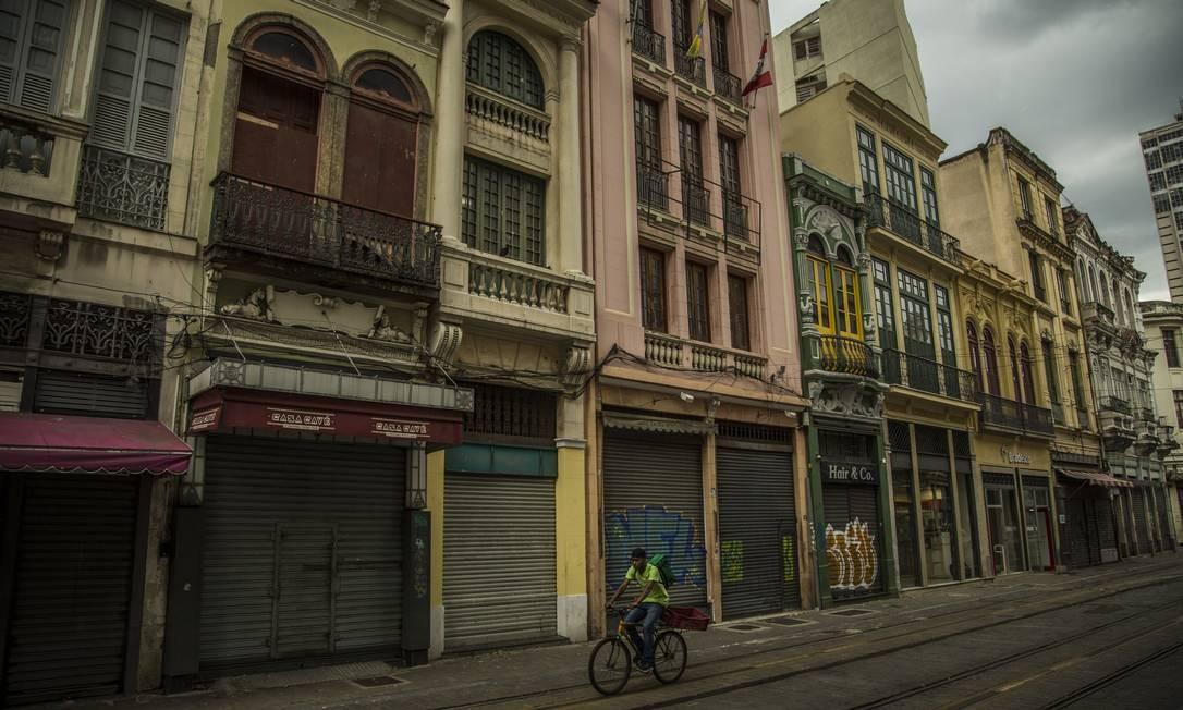As ruas do Centro do Rio de Janeiro com pouca movimentação de pessoas na tarde de terça-feira Foto: Guito Moreto / Agência O Globo