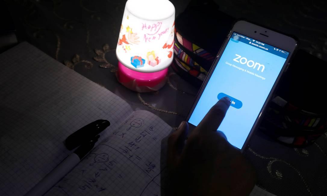 O aplicativo Zoom ganhou milhões de usuários que usam a plataforma para se comunicarem com amigos, familiares e coletas de trabalho e escola Foto: AMR ABDALLAH DALSH / REUTERS