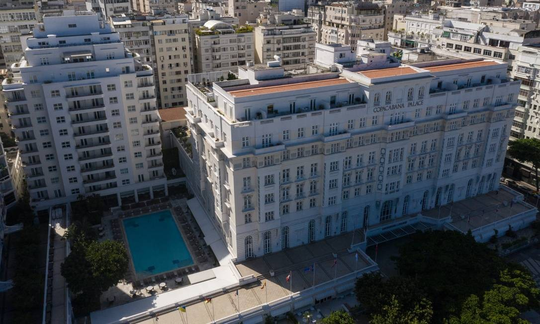 Imagem aérea do hotel Copacabana Palace, que ficará sem receber hóspedes até, pelo menos, final de maio Foto: Brenno Carvalho / Agência O Globo