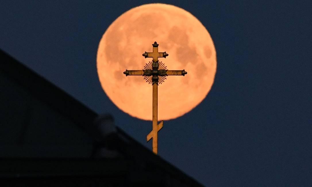 Superlua vista atrás da cruz de uma igreja em Moscou, Rússia Foto: KIRILL KUDRYAVTSEV / AFP