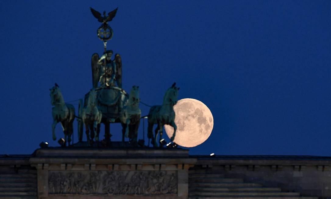Lua quase cheia é vista atrás do monumento do Portão de Brandenburgo, Berlim, Alemanha Foto: Annegret Hilse / REUTERS