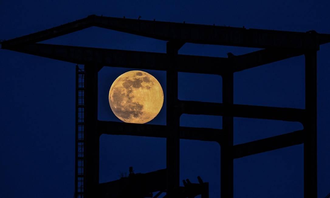 Super lua é vista em um alto-forno antigo 'Phoenix West' em Dortmund, oeste da Alemanha Foto: INA FASSBENDER / AFP