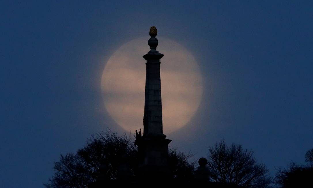 Superlua rosa se eleva sobre Coombe Hill, nos Chilterns, Grã-Bretanha Foto: MATTHEW CHILDS / REUTERS