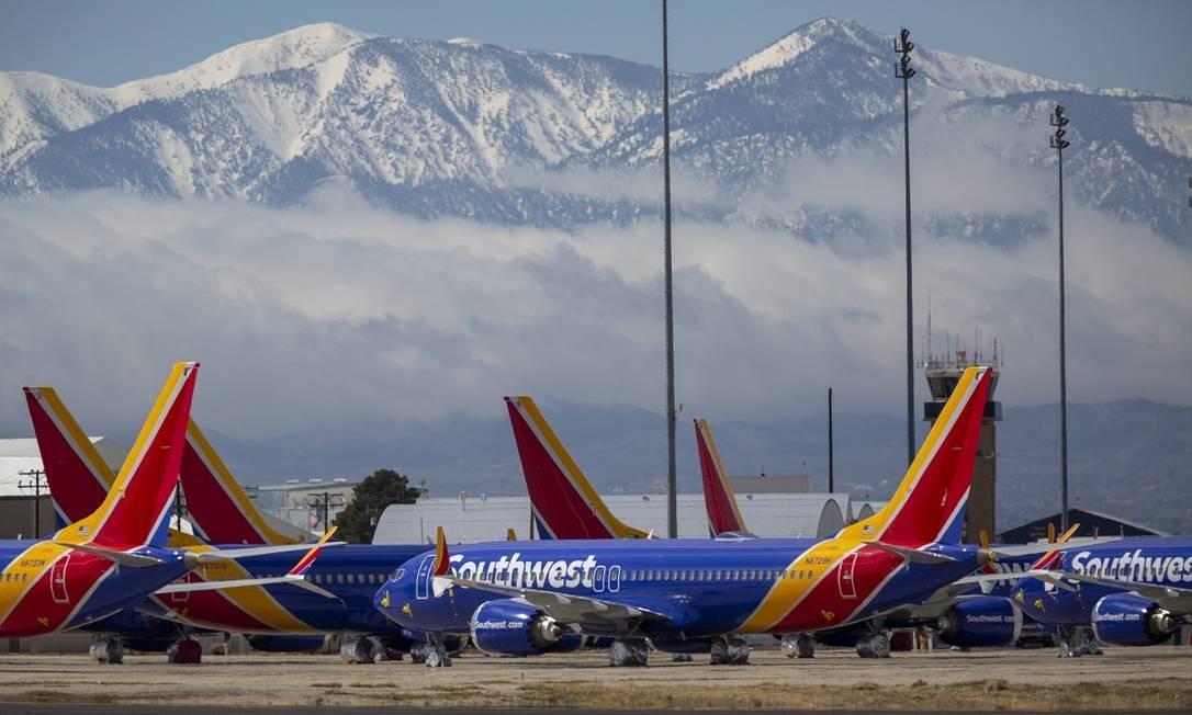 Com as montanhas da Califórnia ao fundo, aviões da Southwest Airlines esperam pela hora de voltarem a voar no Southern California Logistics Airport, em Victorville Foto: David McNew / Getty Images/AFP