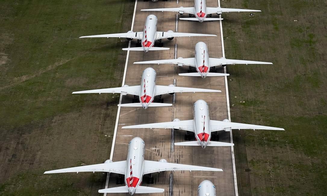 Aviões da American Airlines formam uma longa fila numa das pisatas do aeroporto internacional de Tulsa, em Oklahoma, nos Estados Unidos Foto: Nick Oxford / Reuters