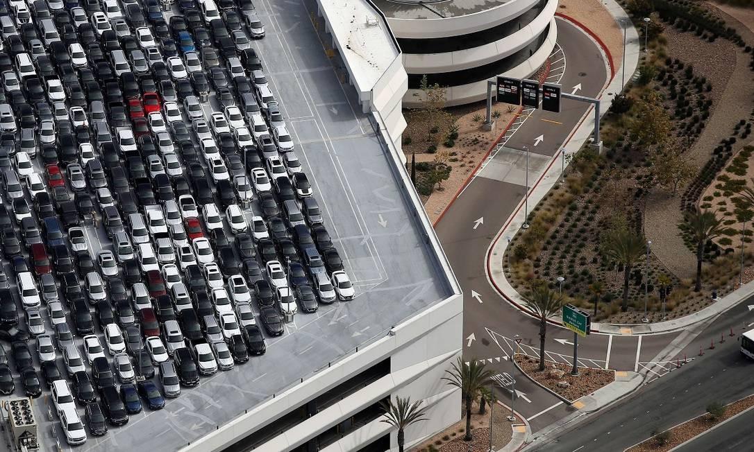 Sem viajantes, carros de empresas de locação de veículos se acumulam no estacionamento do San Diego International Airport Foto: Sean M. Haffey / AFP