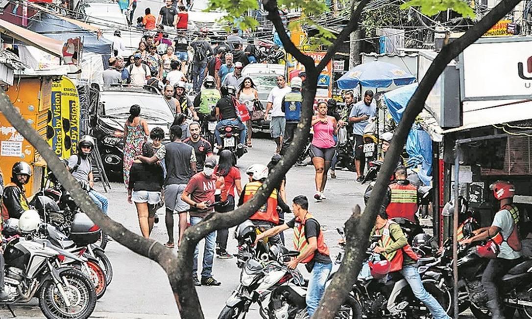 Pessoas transitam por uma das ruas da Favela da Rocinha: prefeitura decretou estado de calamidade na cidade Foto: Agência O Globo /