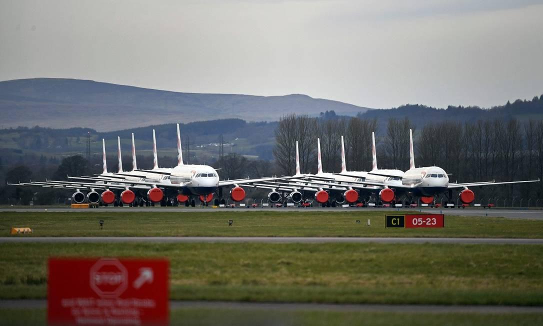 As restrições de viagens também provocaram um acúmulo de aviões da British Airways no aeroporto de Glasgow, na Escócia Foto: Andy Buchanan / AFP
