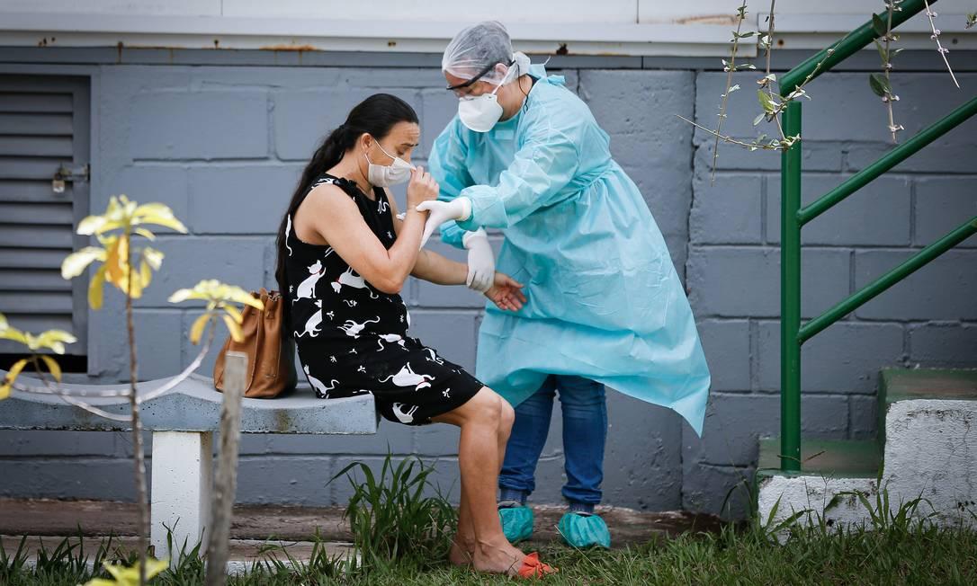 Secretaria de Saúde do DF transforma uma tenda que era utilizada no atendimento a pacientes de dengue em leitos para atendimento de pacientes suspeitas e já confirmados da Covid-19. Foto: Pablo Jacob / Agência O Globo